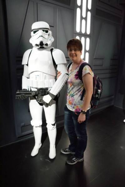 Ich habe ihn hier gefragt, ob er mit mir gehen will, aber er meinte, ich sei nicht die Droidin, nach dem er suche. Ts.